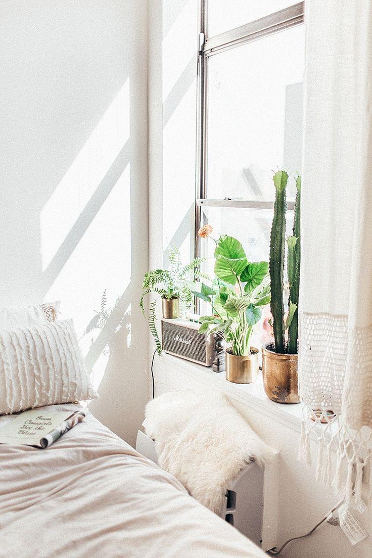 Kleine witte slaapkamer met urban jungle vensterbank met cactussen en planten in koperen potten. // via By Tezza
