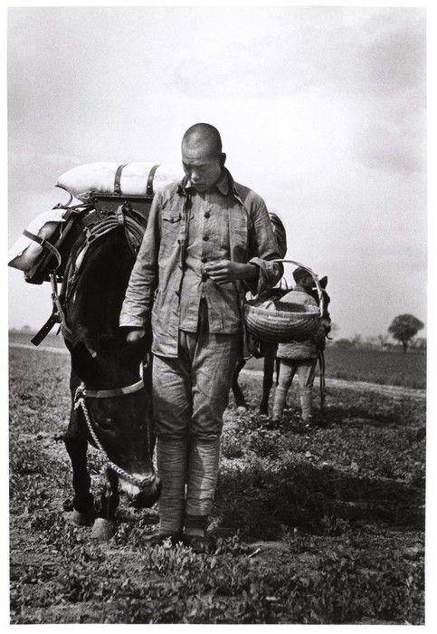 ROBERT CAPA | Hombre con cesta y caballo, cerca de Tai'erzhuang, frente a Xuzhou, China