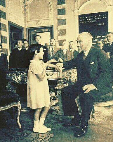 Atatürk, Manevi Kızı Ülkü ile. Dolmabahçe Sarayı 20 Eylül 1937