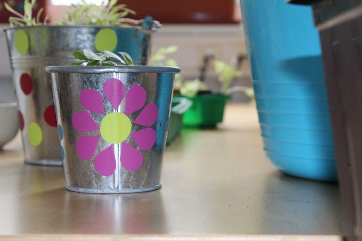Blumentöpfe selber gestalten: Graue Eimer werden mit Klebefolien aufgepeppt. #upcycling