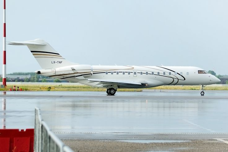 Bombardier Global Express XRS Photo by Lucian Ojog