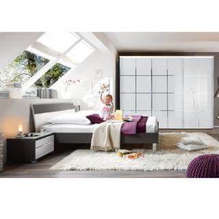 Bett SINFONIE PLUS 22790083  Richten Sie Ihr neues Schlafzimmer mit dem Schlafzimmerprogramm SINFONIE PLUS ein. Das Bett mit anthrazitfarbenem Rahmen verfügt über ein beleuchtetes Kopfteil mit Elementen aus Weissglas. Die chromfarbenen Details runden das Erscheinungsbild ab. Die Liegefläche des Bettes beträgt 180 x 200 cm. Matratze und Lattenrost sind separat zu erwerben. Passend dazu können Nachttisch und Schwebetürenschrank erworben werden. 613.- CHF