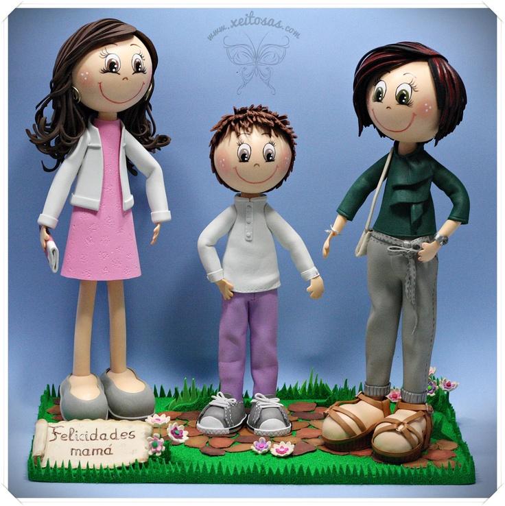 Tres hijos convertidos en fofuchas personalizadas para un regalo muy especial en el día de la madre. Todo hecho en goma eva, bolsos, sandalias, converse, etc  http://www.xeitosas.com/