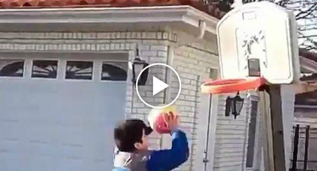 Menino Percebe Como é Difícil Jogar Basquetebol