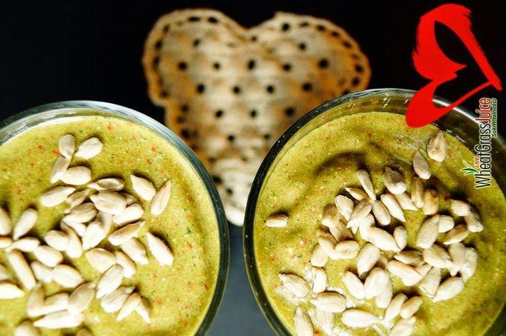 Zielone koktajle: awokado + banan + sok z trawy pszenicznej + truskawki + mleko kokosowe + słonecznik