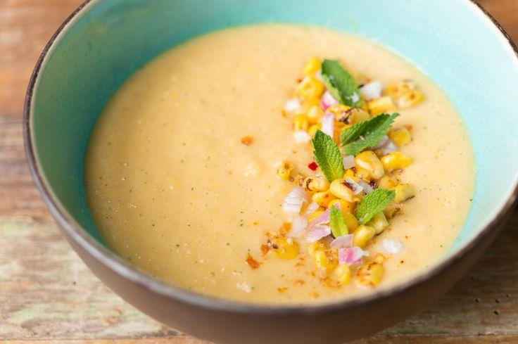 Op een warme, zonnige dag verlangen wij naar gazpacho. We maakten deze koude soep nu eens niet van tomaat, maar met met cantaloupe, maïs en een beetje munt.