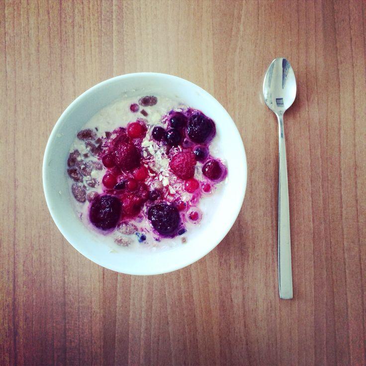Oatmeal w/ berries, banana & curd