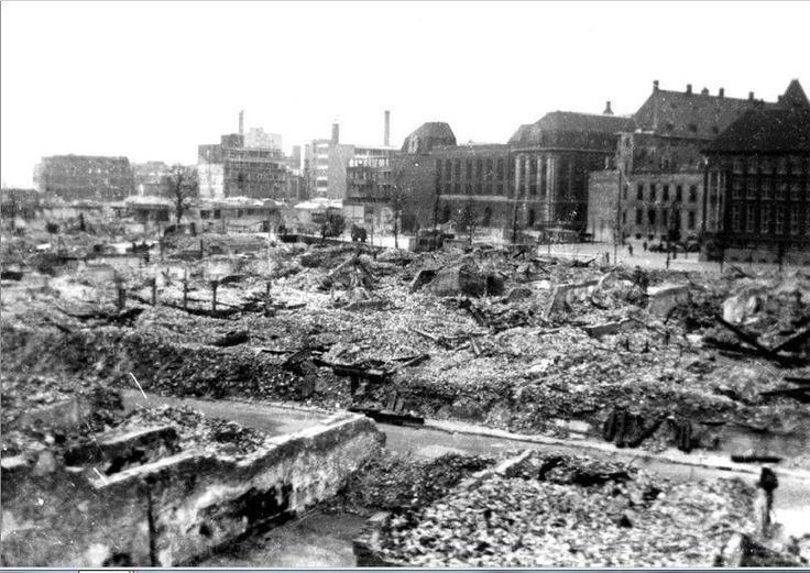 Overzicht vanaf het spoorwegviadukt op de door het Duitse bombardement van 14 mei 1940 getroffen omgeving van de binnenstad.. Restanten van gebouwen. In de richting van het postkantoor aan de Coolsingel. Als gevolg van dit bombardement is het centrum van de stad grotendeels verwoest.