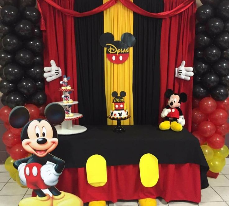 Decoración y pastel de Mickey Mouse