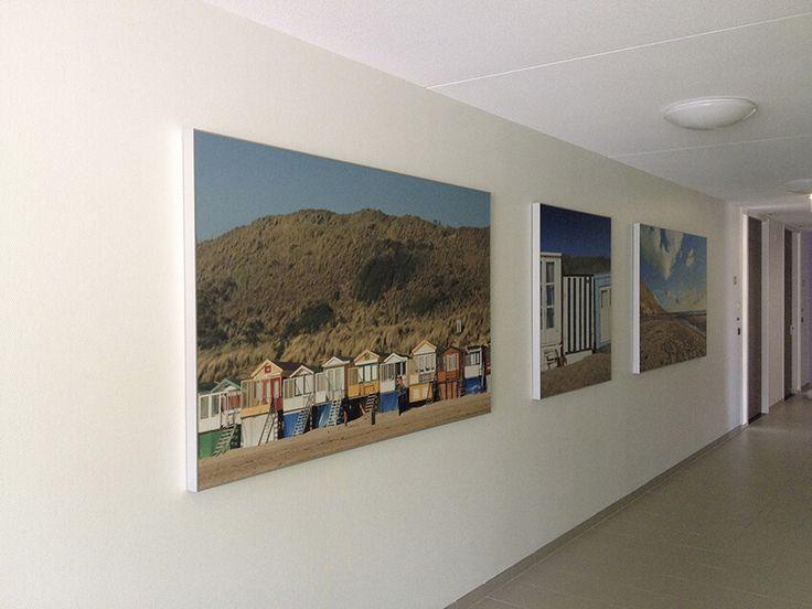 Fototentoonstelling, expositie of wanddecoratie. Print op textiel doek, eventueel met frame en verlichting.