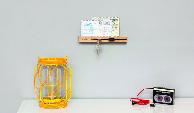 WOKEY - De Wokey van Wohood is een eenvoudig te monteren, elegante en functionele sleutelhouder.  De sleuf aan de voorzijde biedt plaats aan meerdere sleutelbossen. Aan de bovenzijde zorgt het opstaande randje ervoor dat de post netjes op zijn plek blijft. In plaats van enveloppen is het ook mogelijk om een (zonne)bril, mobiele telefoon, portemonnee of andere benodigdheden op het zwevende plankje te bewaren.
