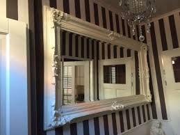 Mooi een witte spiegel op wit bruine wand.