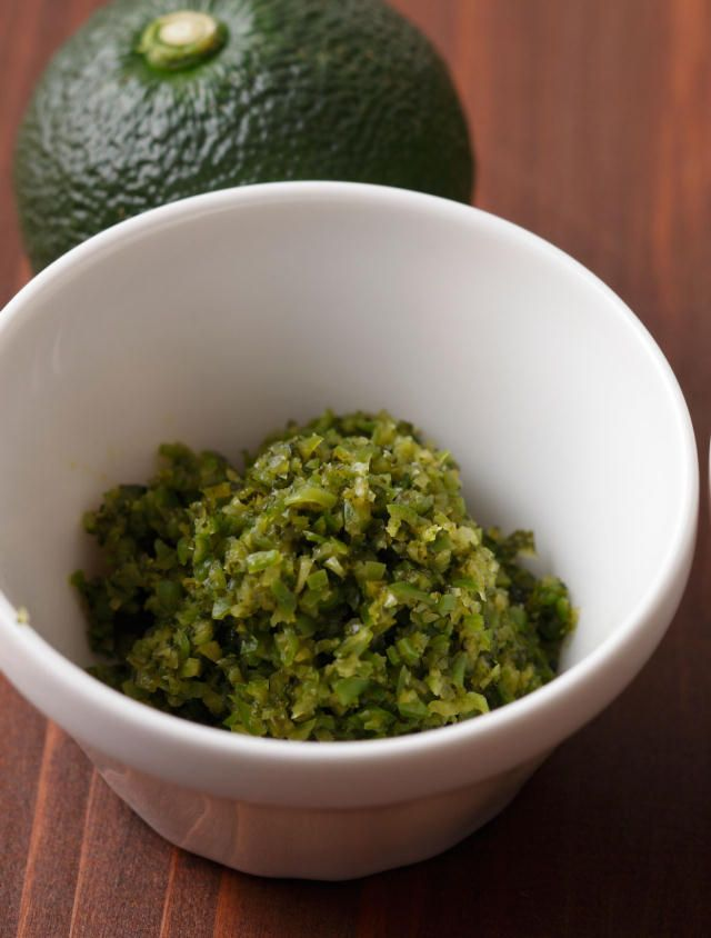 秋が旬の青柚子・青唐辛子・塩だけでカンタンに作れる「柚子こしょう」を作ってみましょう。おいしくて簡単で、冷蔵庫で1年もちます。「旬をいただく」ことは、体を健康に保つために大切なこと。だからこそ食事には、季節に合った食材を取り入れていきたいですね。1