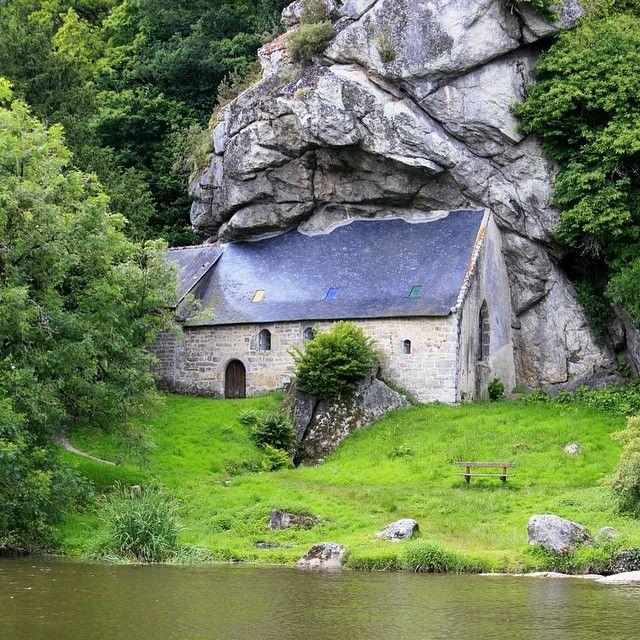 Cachée dans la verdure, presque taillée dans la roche... La Chapelle Saint-Gildas est située à Bieuzy ! Superbe