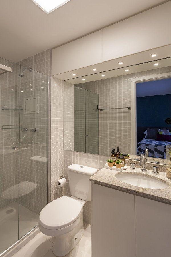 Banheiro pequeno planejado e com tonalidades neutras