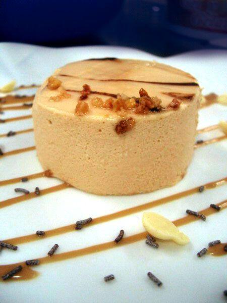 Ingredientes:   300 g de turrón de Jijona (blando)  6claras de huevo  500 ml de leche  Avellanas  La ralladura de 1 naranja  Galletas   P...
