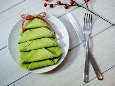 Cómo doblar servilletas en forma de árbol de Navidad | Poner la mesa en Navidad es importante porque ayuda a decorar la casa, con este paso a paso de cómo doblar servilletas en forma de árbol de Navidad, complementa la decoración y aumenta el espíritu navideño.