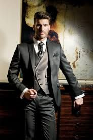 El traje es la prenda más utilizada en el mundo de la moda masculina para los grandes eventos: boda, bautizos y demás celebraciones. A su vez, el traje también es una prenda de vestir asociada a la elegancia y la distinción, por lo que muchos hombres lo escogen para su trabajo.