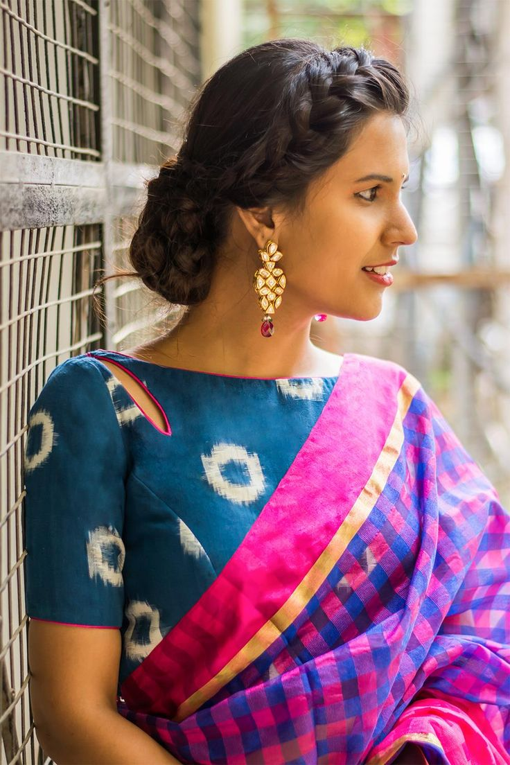 Indigo printed cotton boatneck blouse with a cut out at the neck  #blouse #saree #houseofblouse #desi #indianwear #indigo #white #printed #cotton #pink #boatneck