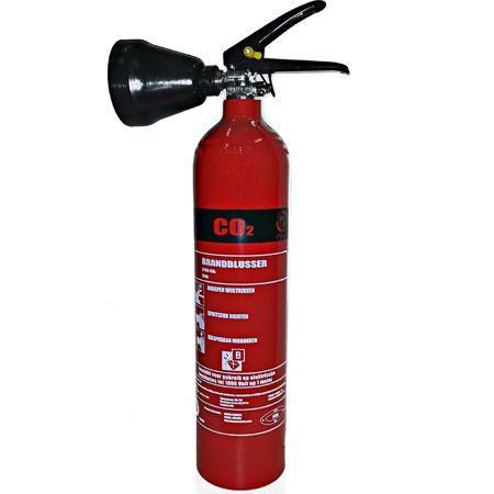 In onze blusser webshop de Co2 brandblusser 2 kg. Erkende Co2 brandblusser met rijkskeurmerk. De 2 kg Co2 brandblusser heeft een blustijd van 15 seconden. Iedere 2 kg Co2 brandblusser is geschikt om een elektriciteitsbrand te blussen. Co2 brandblussers worden in ICT ruimten en ook in grootkeukens opgehangen. Een 2 kg Co2 brandblusser meestal bij elektrische apparatuur dat klein in omvang is: laptop, pc, keuken apparatuur en ICT apparatuur. Twee kilo Co2 blusser kopen...