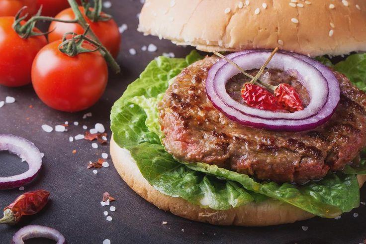 Med enkle grep lager du din egen, saftige hamburger. Lær av proffene. Slik lager du hamburger bedre enn på restaurant. Oppskrift på hamburger.