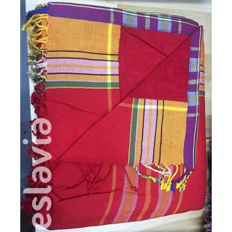Kikoy XL de color rojo y mostaza. La toalla es de color rojo. Por su tamaño es ideal para ir con niños a la playa. Buena transpiración corporal por el algodón de la tela y de la toalla. Producto de Kenia. #kikoy #eslavia #playa