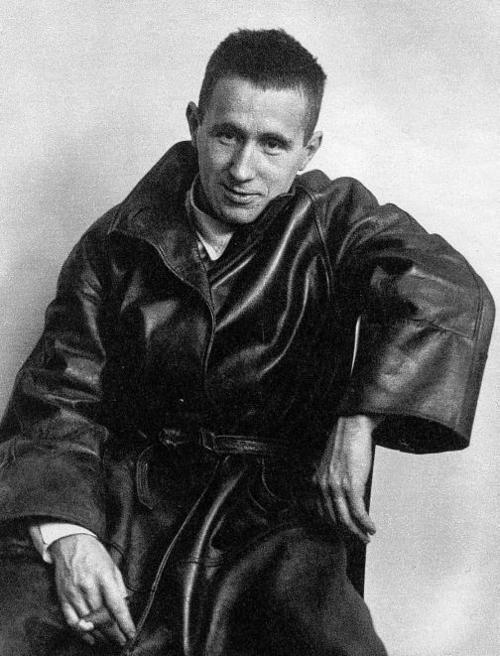 Bertolt Brecht (1898-1956). Deutsch Dichter und Dramatiker. Er überlebte WW II (und die Nazis) im Exil. 'In den dunklen Zeiten wird es auch zu singen sein?' Brecht schrieb, dann, seine eigene Frage zu beantworten: 'Ja, das wird es singen über den dunklen Zeiten.'