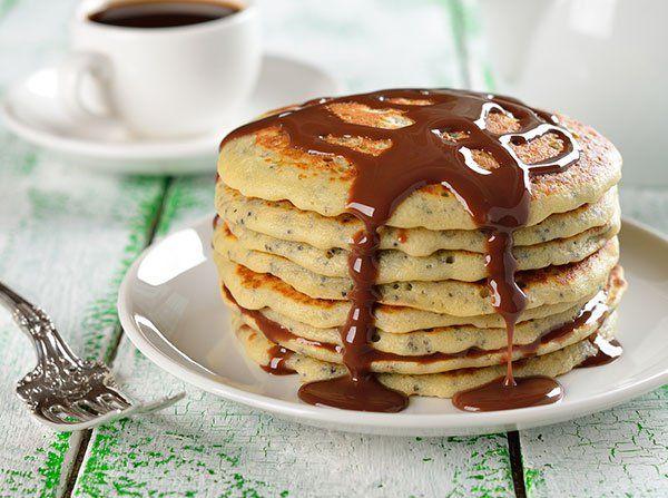 طريقة عمل بان كيك الموز والنوتيلا حلويات Pancake Toppings Pancakes Easy Chocolate Sauce Recipes