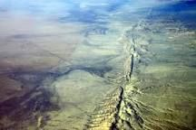 San Andreas fault California The San Andreas Fault is a continental transform fault that extends roughly 800 miles through California. It forms the tectonic boundary between the Pacific Plate and the North American Plate, and its motion is right-lateral strike-slip.
