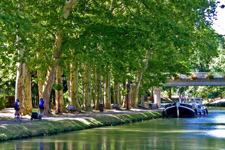 Sail the Canal du Midi. Between Toulouse and Carcassonne, in the heart of the Pays Lauragais on the banks of the Canal, made ​​a stopover in Castelnaudary . Also known known as the capital of cassoulet a mecca of Catharism, the city is built around a castle of the twelfth century. ©  géraldine deveau