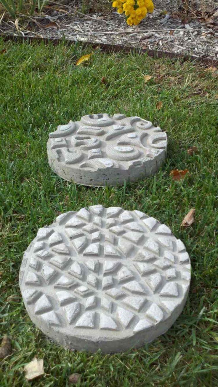 selbstgemachte runde Trittsteine aus Beton im Rasen