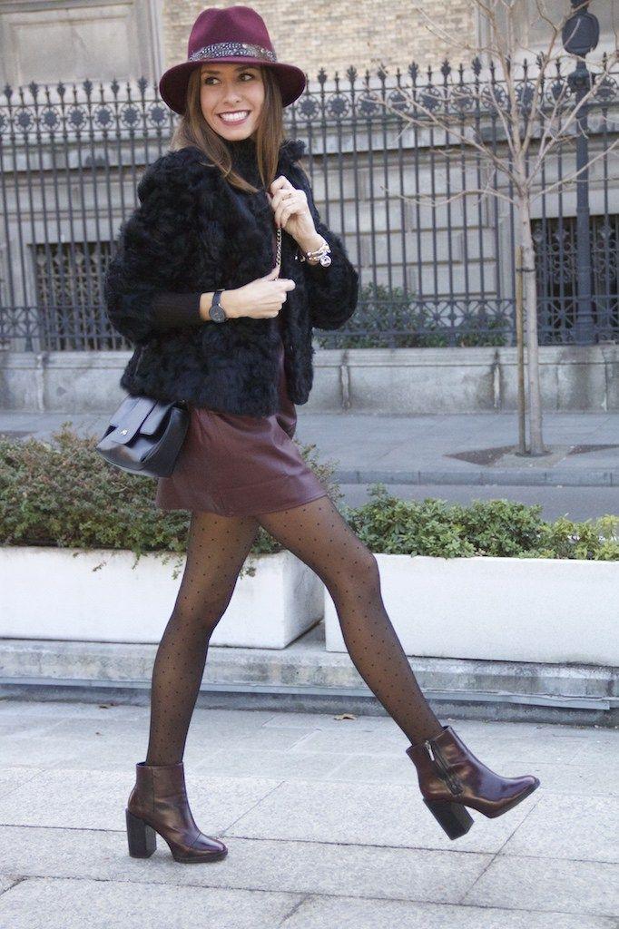 Abrigo/coat: Zara. Camiseta/t-shirt: Topshop. Vestido/dress: Pull&Bear. Medias/tights: Oysho. Botines/booties: Zara. Sombrero/hat: Adolfo Domínguez. Bolso/bag: Purificación García. Reloj/watch:…