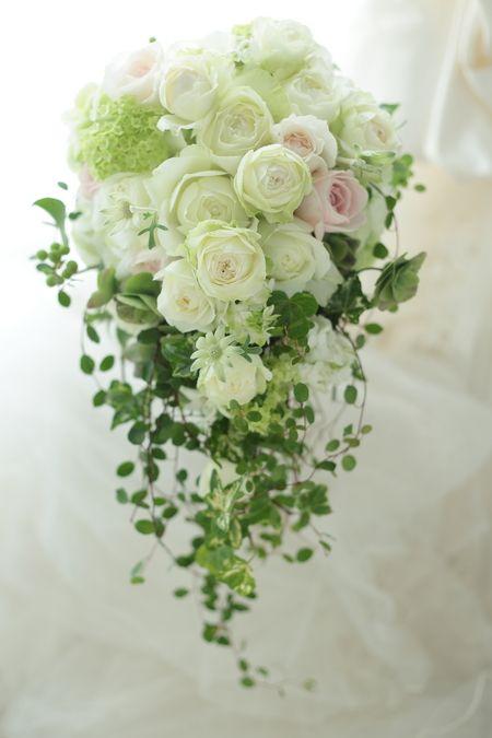 白を基調にして、「ご新郎様がお召しになるベストのセピアピンクを挿し色に」というリクエストでした。なんか、こういうリクエストっていいなあと思います。花嫁様か...
