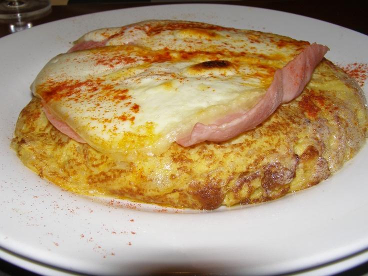 "Tortilla de patata con lacón y queso de tetilla gallego. Restaurante ""Orixe"", Madrid, España."