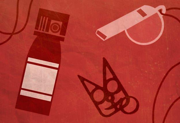 El gas pimienta (que no puedes subir al avión, pero puedes meter en tu equipaje registrado), un silbato o un llavero en forma de gato, son formas de autodefensa.