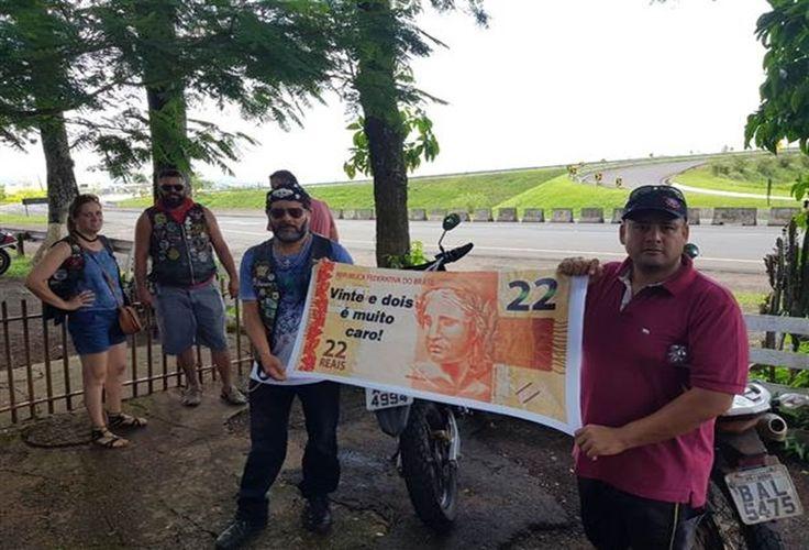 Um grupo de cerca de 45 pessoas, formado por moradores de Jataizinho e membros de moto clubes de Londrina e Assaí, protestou na tarde deste sábado (10) contra o preço cobrado na praça de pedágio da BR 369