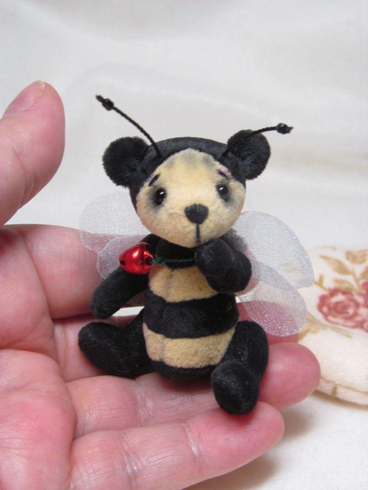 """R504 ,,Emil"""" Medvídek je šitý z mikroplyše na mini medvídky, je celokloubový, oči jsou skleněné. Je plněný dutým vláknem a ocelovým granulátem. Měří 6,5 cm. Medvídek není hračka, nesmí se prát, ani namáčet!      Medvídek sám nestojí. Polštářek je plněný mikrokuličkama z polystyrénu."""
