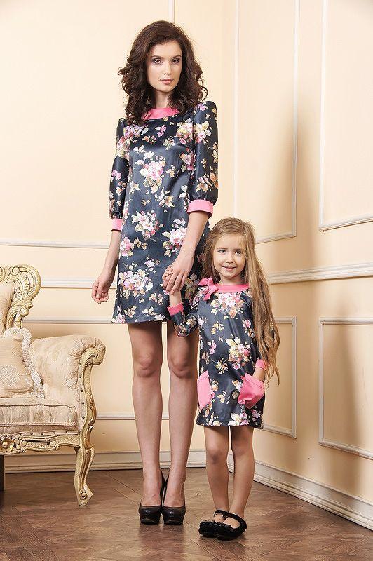 Выходное хлопковое платье для мамы и дочки. Женское платье силуэт - трапеция, длина выше колена. Округлый вырез на обтачке с боку украшен бантом. Рукава 3/4, втачные прямые с манжетами. Вырез и манжеты выполнены розовым атласом. Ткань изделия представляет собой набивной хлопок черного цвета с