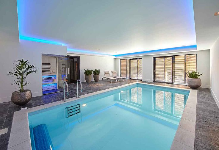 Dit prachtige binnenbad is aangelegd door VSB Wellness. Zij leverden alle benodigdheden voor dé perfecte ontspanningsruimte in een villa in Haaren, ontworpen door Bob Manders.