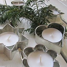 Cookie cutters as candle holders. Great idea for your Christmas table setting.