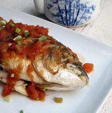 Συνταγή εύκολη και γεμάτη φρεσκάδα από την ντομάτα και τα μυρωδικά. Δοκιμάστε την και με λαυράκι ή σάρπα. Αυτή η σάλτσα ταιριάζει εξαιρετικά και με μικρότερα ψάρια όπως οι παλαμίδες