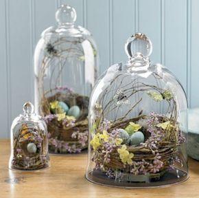 Decorazione pasquale con campane di vetro, cestini, uova e fiori: sintesi perfetta di modernità e tradizione. #apparecchiare #pasqua