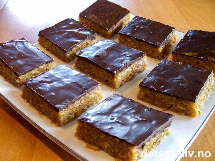 Denne langpannekaken smaker som Snickers! SUPERSNOP! Dessuten kjempelett å lage, inneholder verken mel, egg eller melkeprodukter og skal ikke i ovn. Oppskriften er til liten langpanne.