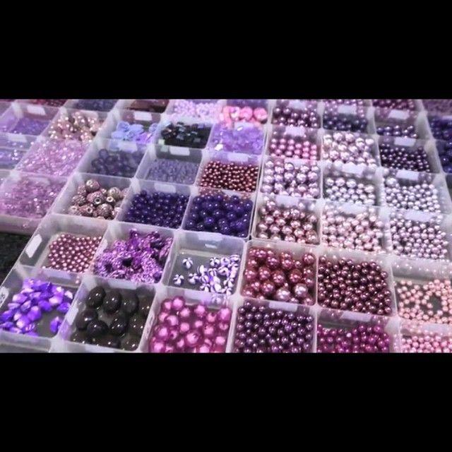 Prachtige paarse kralen!  #kralen #paars #sieraden #sieradenmaken #bohemian #dromer #kralenmix #armband #armbandjes #armbanden #sleutelhanger #tashanger #bedels #kettingen #kralenkettting #diyarmband #diyketting #diysieraden #diyoorbellen #oorbellenmaken #kralenhandel
