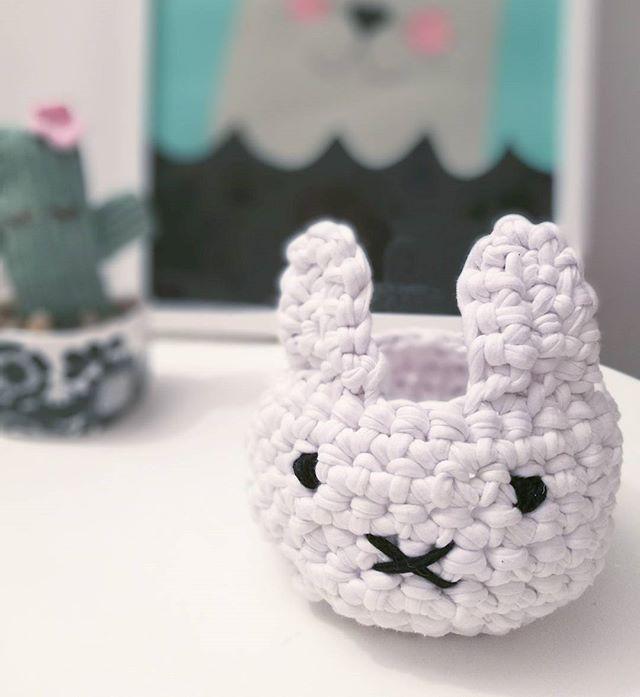 Jag har virkat en liten korg. Tanken var att det skulle bli en björn men det blev mer en miffy-kanin  #virka #crochet #miffy #pyssel #diy #barnrum #kidsroom #panduropyssel #pyssla #kidsdecor