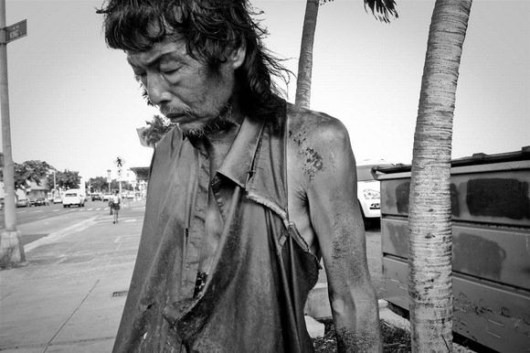 A photographer documenting homeless people in Hawaii has found her father among them. The encounter devastated Diana Kim, but her story has a happy ending that you can find out on Camyx! #homeless #documentary #news #story #photography #project
