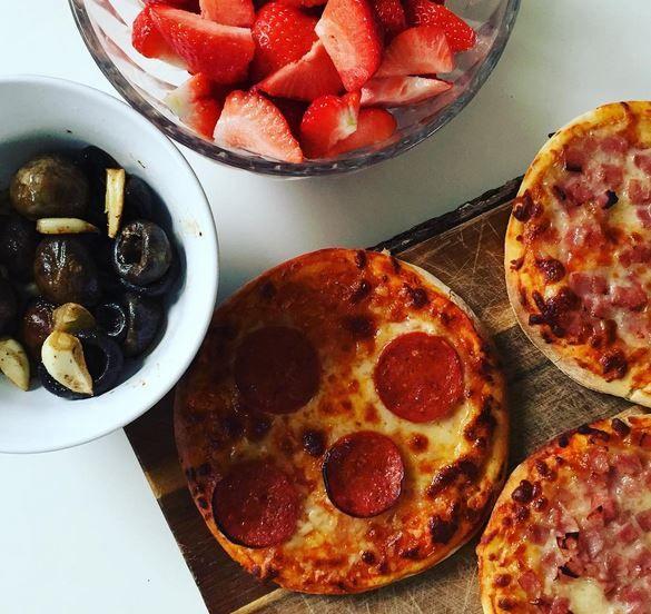 Skal aftensmaden gå stærkt, eller skal der hurtige snacks i picnickurv eller madkasse så er disse små pizzaer det oplagte valg. Der er helt sikkert nogen af jer der kender det allerede, men de af jer der ikke gør, skal have tippet idag.Pitabrød!Pitabrød er nemlig bunden her, nogle tag