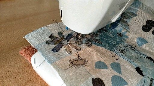 Making freemotion machine embroidery flowers by Helen Newton