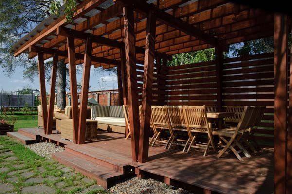 Беседка построена на легкости и прозрачности, сооружение воспринимается воздушным, в нем нет глухих стен, крыша пропускает свет.
