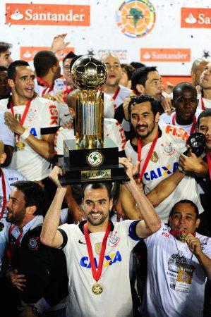 Sport Club Corinthians Paulista - Danilo, capitão do Corinthians na final, ergue a taça da Recopa Sul-americana